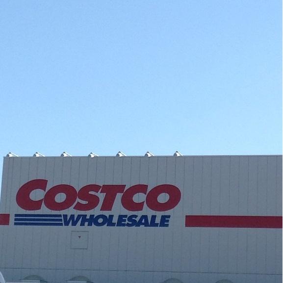 コストコ店舗と併設ガソリンスタンド