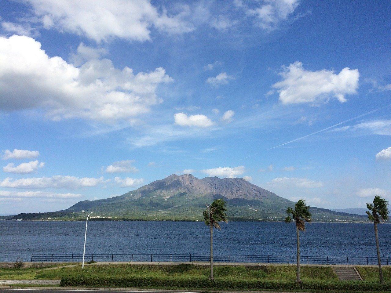 桜島(鹿児島)と青空