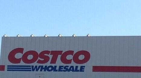 コストコ店舗正面と青空