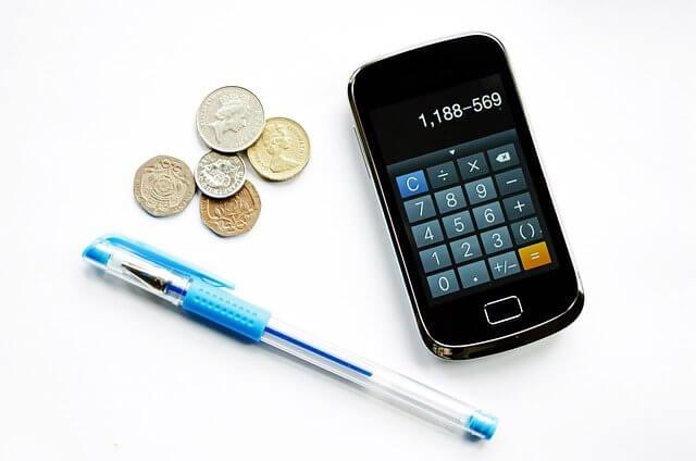 電卓とコイン、ペン(家計簿を思い出させる)