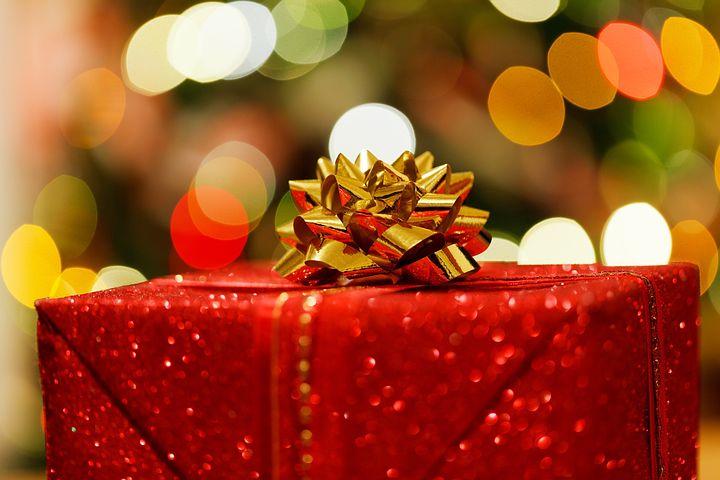 リボンで飾られたプレゼントボックス