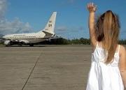 空港で飛行機に手を振る少女